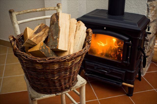 冬は暖かくリラックス!別荘ライフに欠かせない薪ストーブ